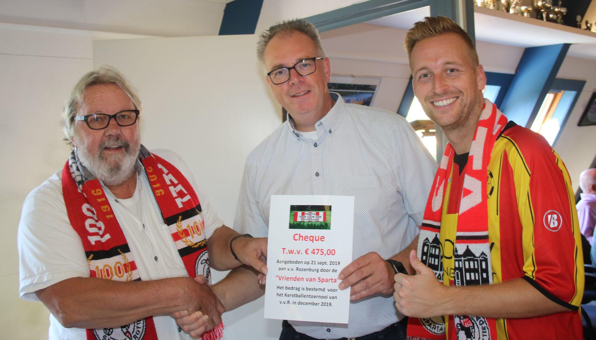 Cheque aangeboden; Kerstballentoernooi 2019 verzekerd